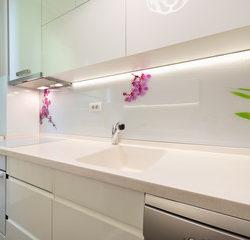 Iluminación lineal Led en mueble Cocina en Qmadis