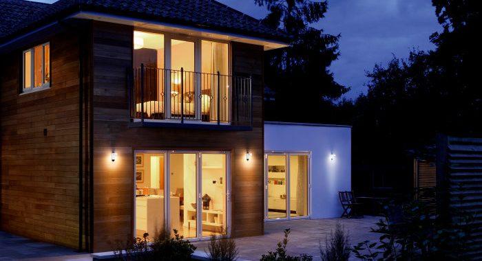 8 modernas luminarias para lucir en el jardín y fachada