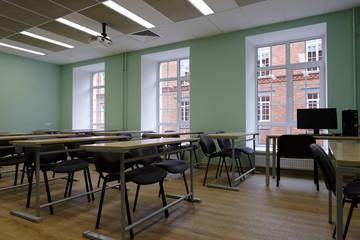 Ahorro en iluminación en colegios con detector de presencia Schneider