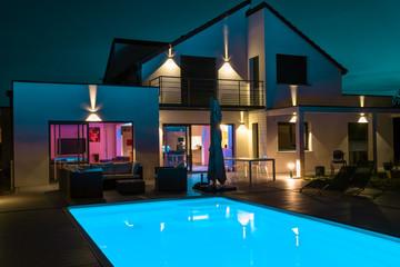 ¿Cómo iluminar la fachada de tu casa con apliques de pared LED?