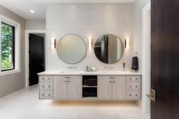 ¿Cómo iluminar un espejo de baño para verte mejor?