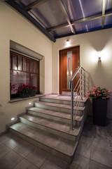 Iluminación LED con apliques puerta acceso